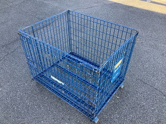 青色カラーに塗装された折り畳みが可能で場所を取らない収納に便利なメッシュボックス(別名パレティーナ)